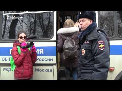 Artists Support Fellow Peace Activists Outside Moscow Court