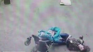 В Петербурге на женщину с ребенком упала часть балкона(, 2016-05-12T18:45:09.000Z)