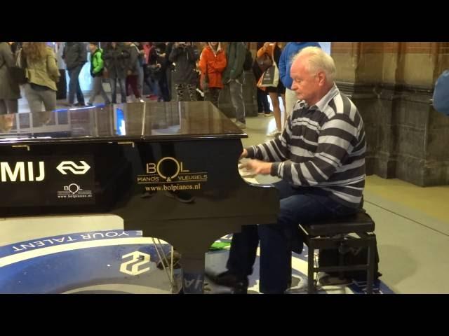 Bespeel Mij: vrolijke muziek op de piano Station Amsterdam Centraal