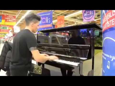 il joue dans le magasin de carrefour 16 morceaux en 2,38 minutes, à vous de les reconnaitre