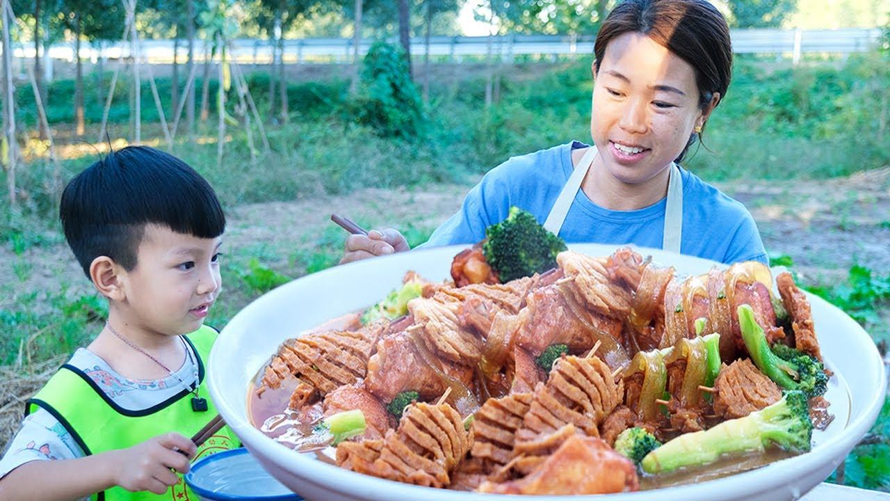 【农家的小勇】小勇买鸡翅根、豆腐串,搭配点西蓝花炖一锅,一口一个吃美了