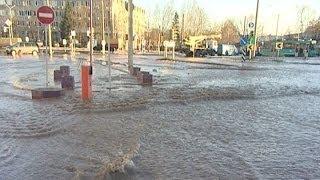 Последствия прорыва водонапорной трубы устраняли на улице Чапаева в Минске(, 2013-12-15T14:10:05.000Z)