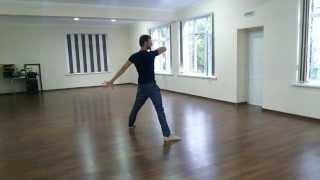 Русский парень танцует лезгинку