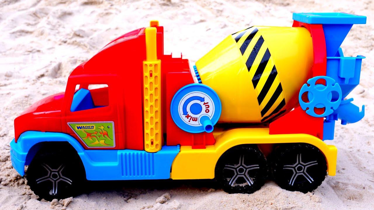 La bétonnière dans le bac à sable. Vidéos pour enfants avec les voitures d'assistance.