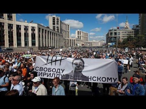 المئات يحتجون في موسكو ضد إلقاء القبض على صحفي استقصائي…  - نشر قبل 37 دقيقة