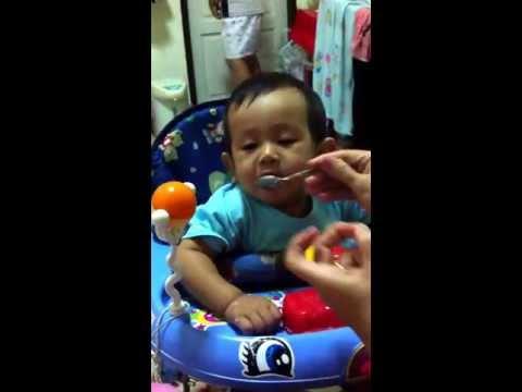 เด็กน่ารักโดนป้อนข้าว
