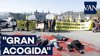 """Grandes colas y protestas por la llegada del """"Juan Carlos I"""" a Getxo"""