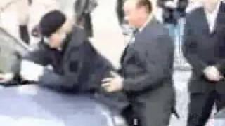 Сильвио Берлускони имитирует половой акт