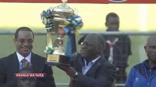 TUKIO ZIMA: Rais Magufuli alipowakabidhi Simba Kombe la Ubingwa wa VPL 2017/18