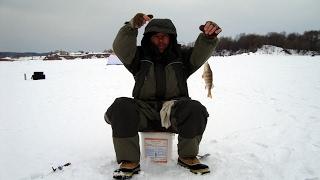 Зимняя рыбалка по перволедью на красивой микроречке. Ловля окуня на балду