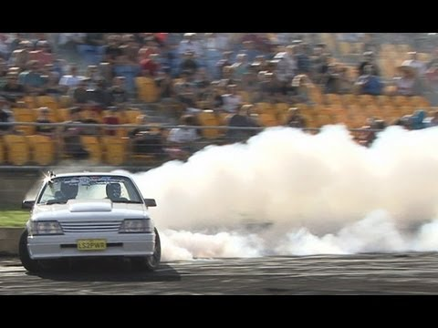VK Commodore LS2PWR tearing the ears off it at Burnout Mayhem 2013