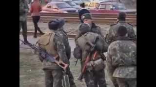Народ остановил колонну Танков под Луганском mp4