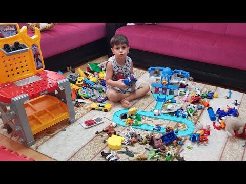 Çınar Efe bütün oyuncaklarını dağıtmış ben görünce çok şaşırdım. Eğlenceli çocuk videoları.