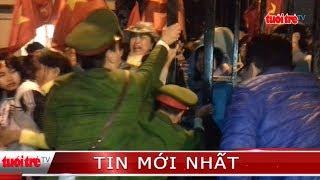 ⚡ NÓNG   Hàng ngàn người dân đẩy cổng tràn vào sân vận động Mỹ Đình