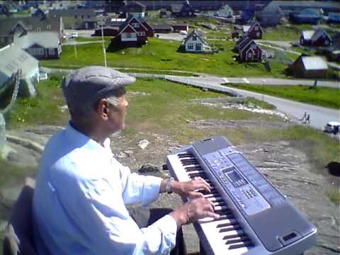 Christian Nielsen synger ved Hans Egede statuen i Nuuk