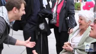 Un Mago Hace Sonreír A Decenas De Personas Con Un Simple Truco