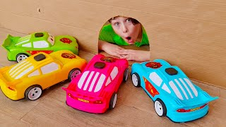 अली और एड्रियाना खिलौना कारों के साथ खेलते हैं - बच्चों के लिए संग्रह कार वीडियो