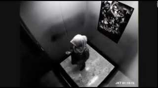 فتاه محجبة حبست مع شابين اجنبي داخل مصعد ...شاهد ماذا حصل