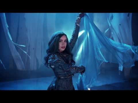 Alice de l'Autre Côté du Miroir - Extrait : Le couronnement de la Reine Rougede YouTube · Durée:  1 minutes 1 secondes