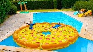 PIZZA GÉANTE DANS LA PISCINE ! - Children play with a giant inflatable pizza in swimming pool