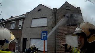 Brand verspreidt zich snel onder dakpannen | Helden van Hier: Brandweer Antwerpen