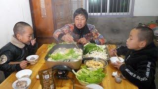 农村小孩到底有多爱吃火锅,看他表情就知道,猛吃猛吃真过瘾