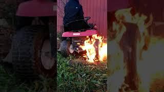 Jonnet sytyttää ruohonleikkurin palamaan!!