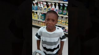 niño intenta robar en una tienda y lo descubren.. thumbnail