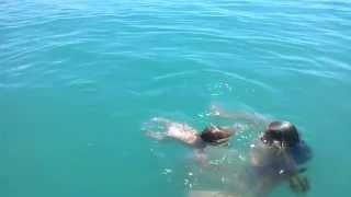 Малыш 10 мес в открытом море. 2 км от берега.