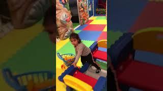 Oyun parkı Nefes funny eğlenceli küçük çocuk zıplıyor kaydıraktan kayıyor araba salıncak little baby