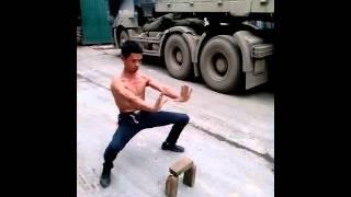 Kungfu chặt gạch tay không thumbnail