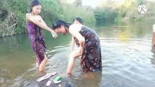 Four Girls Take Shower (mus Saib Hluas Nkauj Hmoob Toj Siab Da Dej)