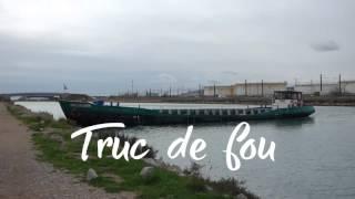 Drôle de manoeuvre d'une péniche sur le canal du Rhône à Sète