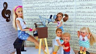 УРОК ПЕНИЯ 🎼 КТО ПОЁТ КРУЧЕ ? Школа Барби - Играем в куклы