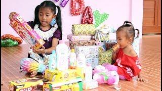 Video Buka Kado Ulang Tahun Bayi Lucu Shanti ke 2 - Open Birthday Presents download MP3, 3GP, MP4, WEBM, AVI, FLV Oktober 2017