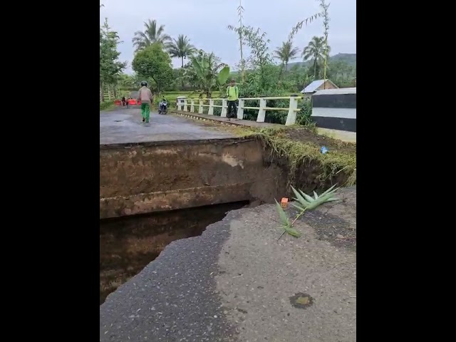 Jembatan penghubung antara Kecamatan Dempo Utara dan Pagaralam Selatan Putus