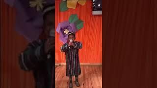 Темнокожий мальчик поет на узбекском языке