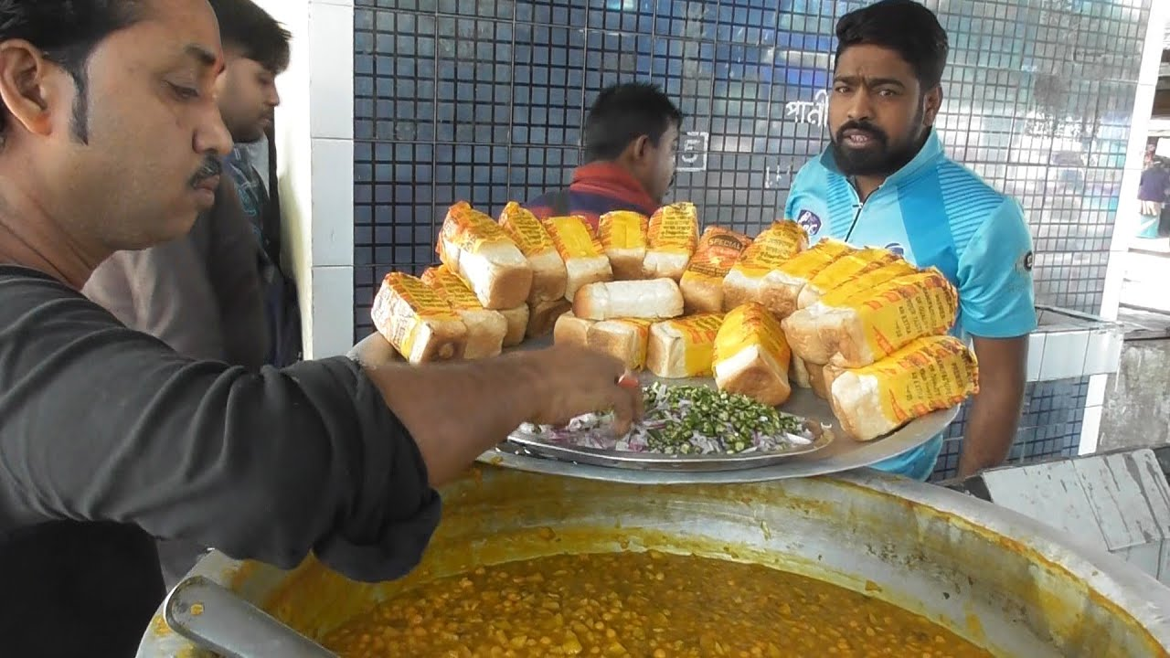 He is The Boss & Real Hard Working Person - Ghugni with Roti @ 13 rs - Station Street Food