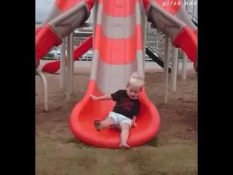 Мальчик который не умеет кататься на горке