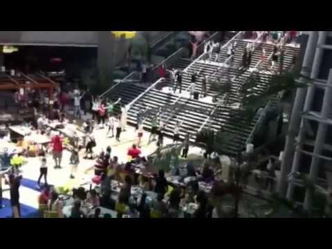Массовый танцевальный флешмоб в торговом центре