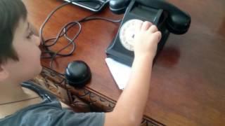 NIÑOS!! CÓMO llamar por un TELÉFONO ANTIGUO con RUEDA dial de 1952. Vídeo APRENDIZAJE para NIÑOS