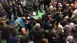 فيديو.. شجار عنيف بين صحفيين والأمن في مؤتمر الحزب الحاكم بالجزائر