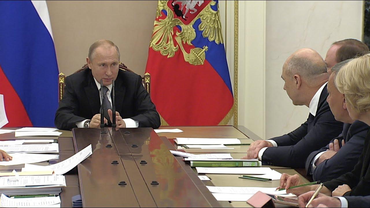 «Не каждый же месяц проводить прямую линию»: Путин — Силуанову о ситуации с льготной ипотекой