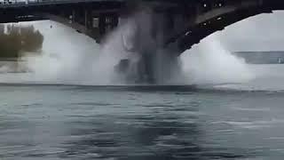 В Иркутске на Глазковском мосту прорвало трубу