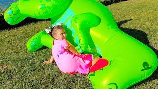 Ali quiere dormir a Adriana jugando con juguetes inflables