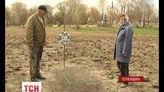 Онук встановив могилу бабусі на чужому городі