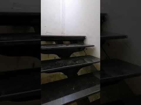 Escalier métallique lemon central avec revêtement en marbre noir ...