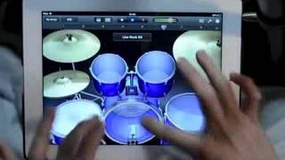 Виртуозный барабанщик играет на iPad