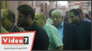 بالفيديو.. وحيد حامد وأسامة الشيخ والوزير والجيار ولبيب فى عزاء محمد خان ومحمد كامل