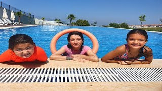 Couisn is learning to swim - fun kids